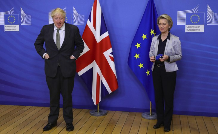 Boris Johnson, primer ministro británico; y Ursula von der Leyen, presidenta de la Comisión Europea