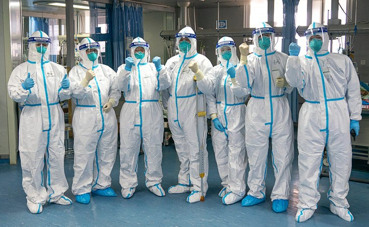 Sanitarios del hospital de Wuhan, epicentro de la pandemia del coronavirus