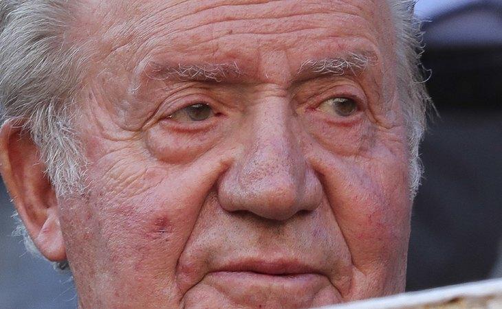 Tras conocerse sus escándalos, el emérito rey Juan Carlos ha huido de España para no perjudicar a su hijo, Felipe VI