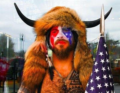 Jake Angeli, el asaltante disfrazado de búfalo: un seguidor de Trump que defiende la teoría QAnon