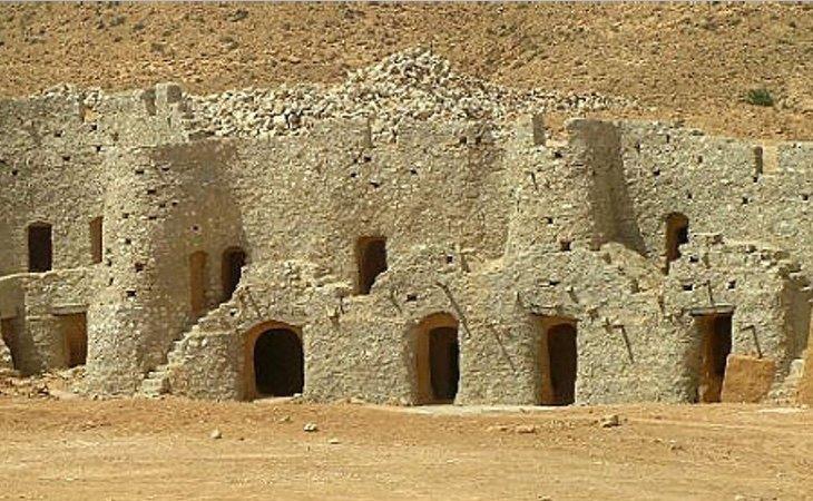 Los habitantes viven en construcciones bajo la montaña