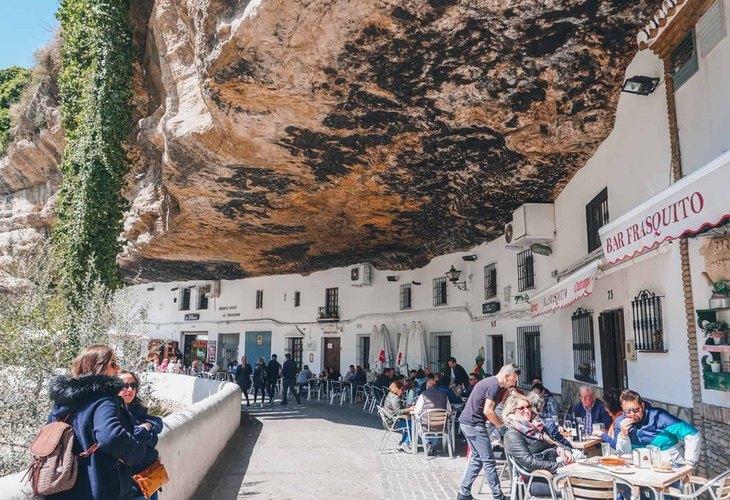Setenil de las Bodegas, en Cádiz, destaca por sus construcciones