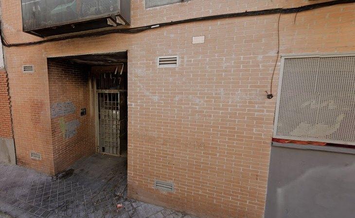 Acceso al edificio donde fue identificado el asesino de las niñas de Alcàsser
