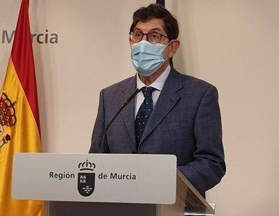 Dimite el consejero de Salud de Murcia tras colarse para vacunarse contra el coronavirus