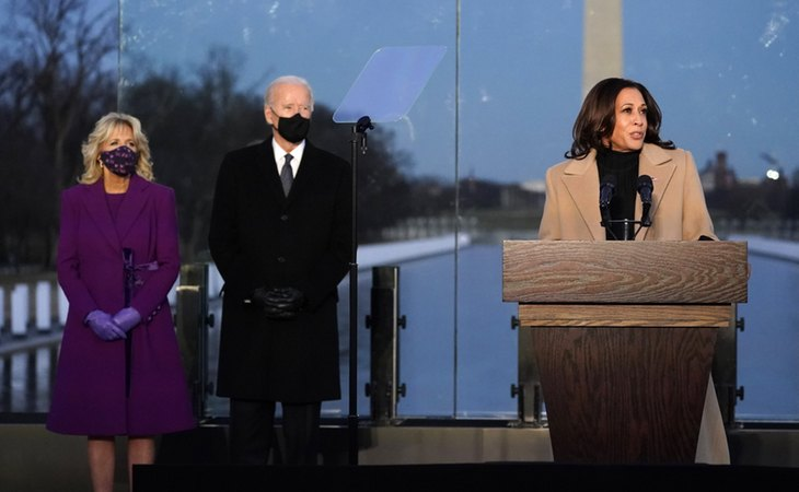 Kamala Harris, vicepresidenta de Estados Unidos, junto al presidente Joe Biden, y la primera dama, Jill Biden