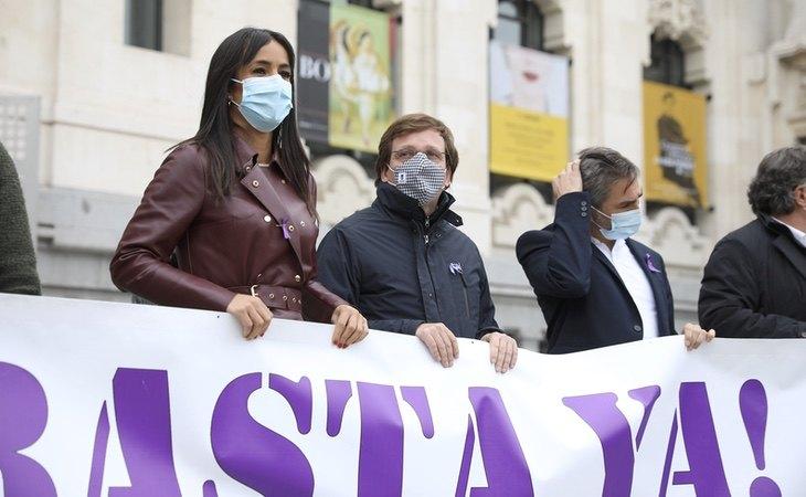 Almeida y Villacís, junto con una pancarta condenando un asesinato por violencia machista