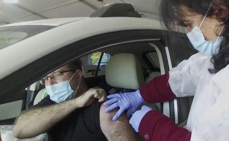 En Israel se administran las vacunas sin llegar a bajarse del vehículo