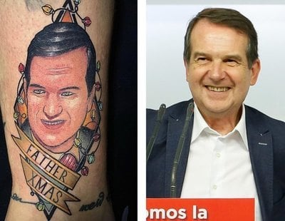 Un joven se tatúa en la pierna la cara del alcalde de Vigo rodeado de luces de Navidad