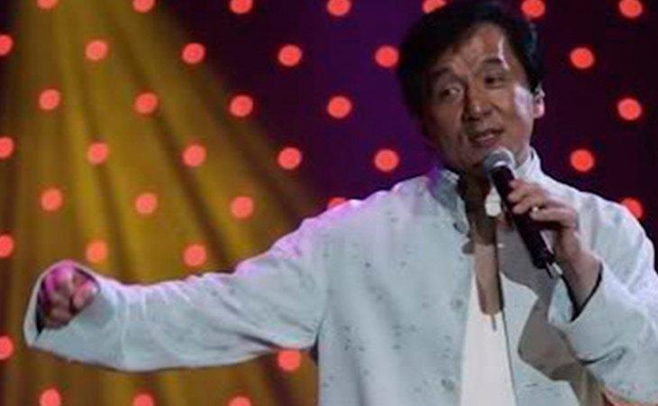 Jackie Chan cantando