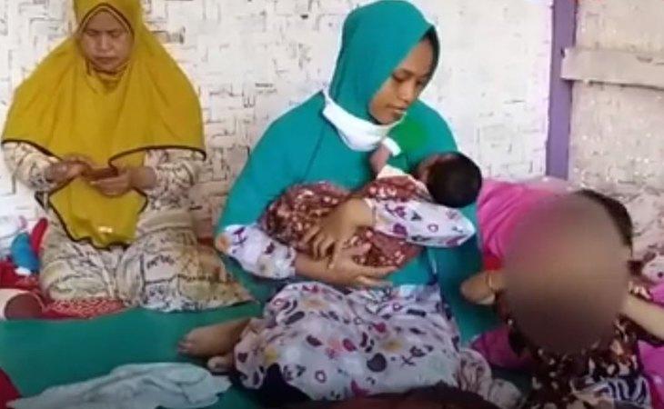 Sita Zainah sujeta a su bebé tras quedarse embarazada por una 'ráfaga de viento'
