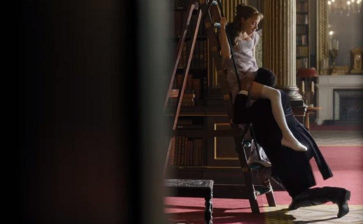 Daphne y Simon practican sexo en la biblioteca en 'Los Bridgerton'