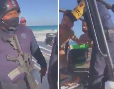 Dos policías con ametralladoras detienen a una pareja gay por besarse en una playa de México