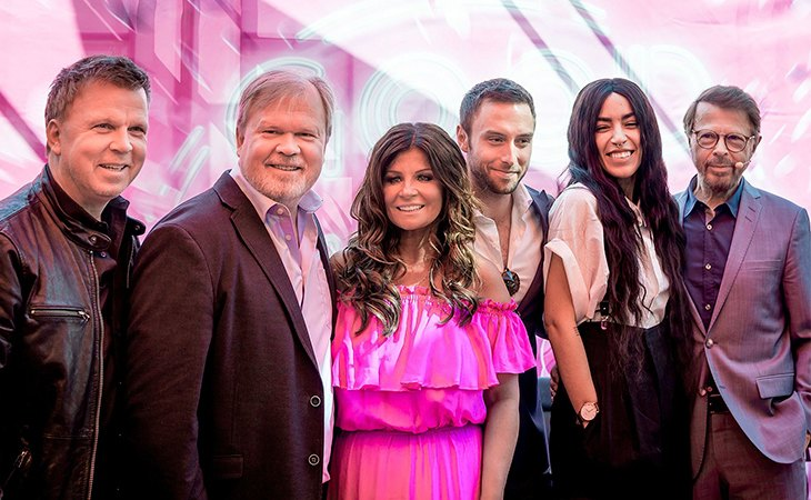 Cinco de los seis ganadores suecos en Eurovisión posan en una imagen de archivo frente al museo ABBA en Estocolmo.