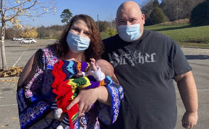 Emily Brown, junto a su hijo y su marido