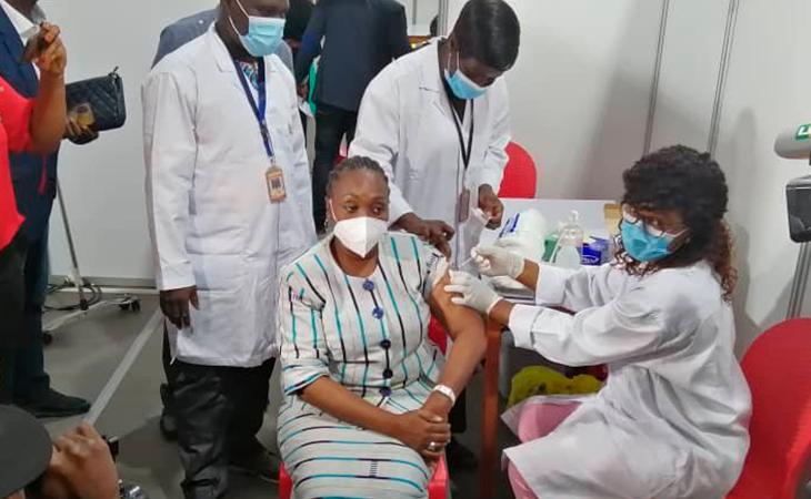 Una sanitaria de Costa de Marfil recibe la vacuna