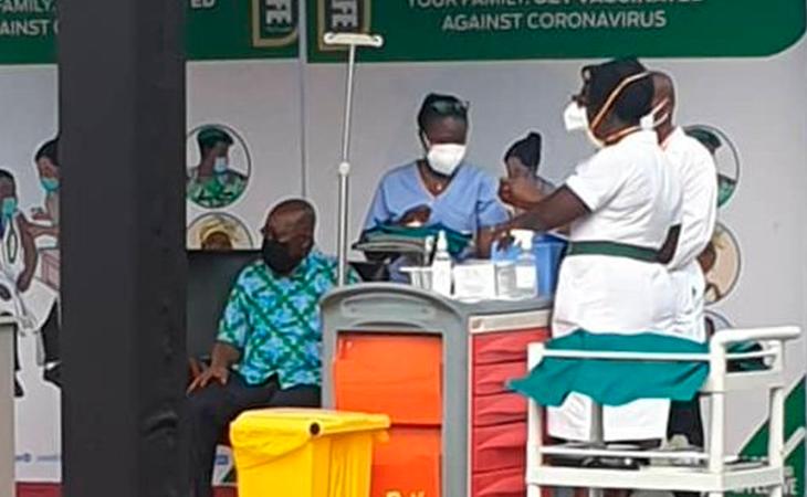 El presidente de Ghana a punto de vacunarse