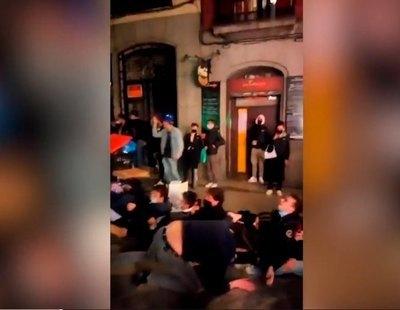 Decenas de jóvenes jugando sin mascarilla en Madrid tras el toque de queda ante la pasividad de la policía