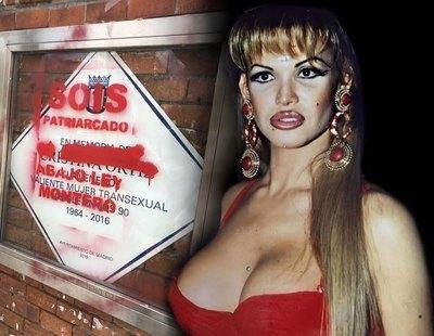 Atacan y vandalizan la placa de Cristina Ortiz, La Veneno, con pintadas en contra de la Ley Trans