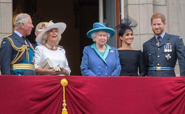 El príncipe Carlos y la duquesa de Cornualles junto a la reina Isabel II y los duques de Sussex en el balcón Buckingham palace