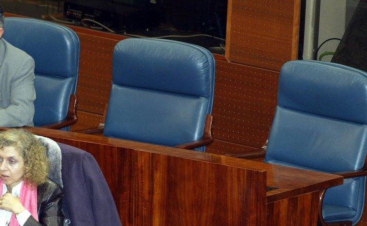 Escaños vacíos de Eduardo Tamayo y María Teresa Sáez en la Asamblz de Madrid, en 2003