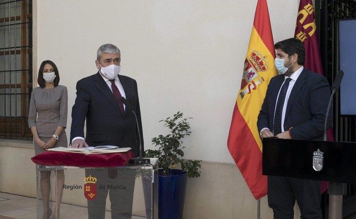 El presidente murciano, Fernando López Miras, junto a dos consejeros tránsfugas
