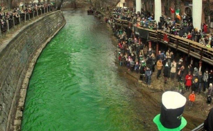 El río Liffey, en Irlanda, teñido de verde por la celebración de San Patricio