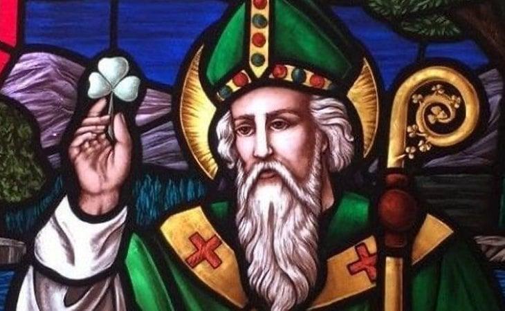 Imagen de San Patricio con el trébol de tres hojas