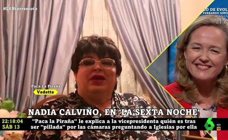 Paca la Piraña invitando al huerto a Nadia Calviño