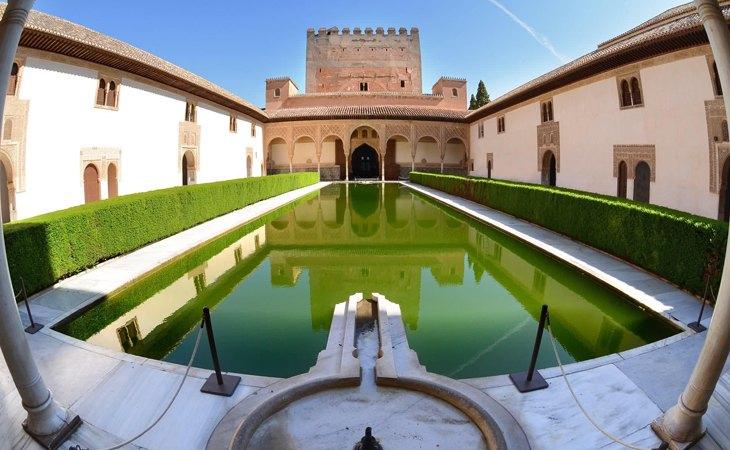 Uno de los patios del Palacio de Comares y Los Leones