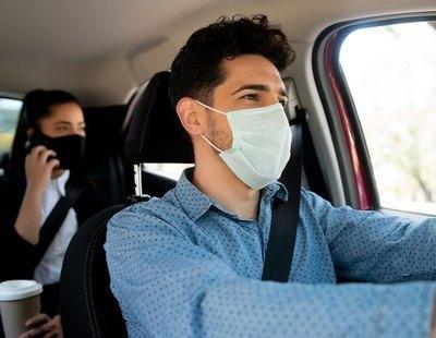 La multa que te espera por quitarte la mascarilla cuando no debes en el coche
