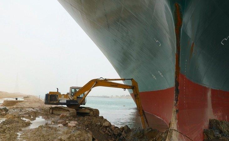 El carguero continúa encallado
