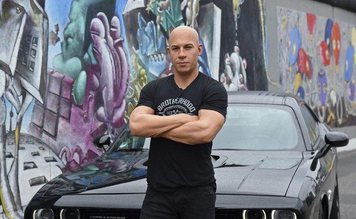 Vin Diesel frente a un coche