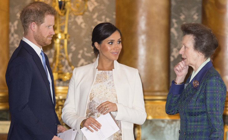 Los duques de Sussex, Harry y Meghan Markle, junto a la princesa Ana