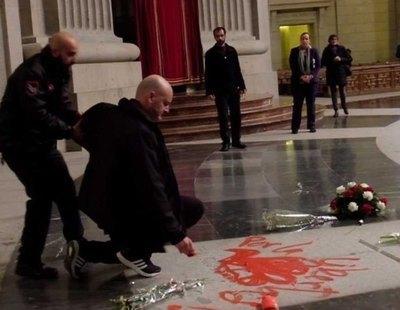 Juzgarán con cárcel al artista que pintó la lápida de Franco por delito contra la libertad y profanación
