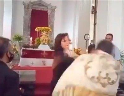 Una mujer interrumpe la misa para abofetear al sacerdote que la oficiaba