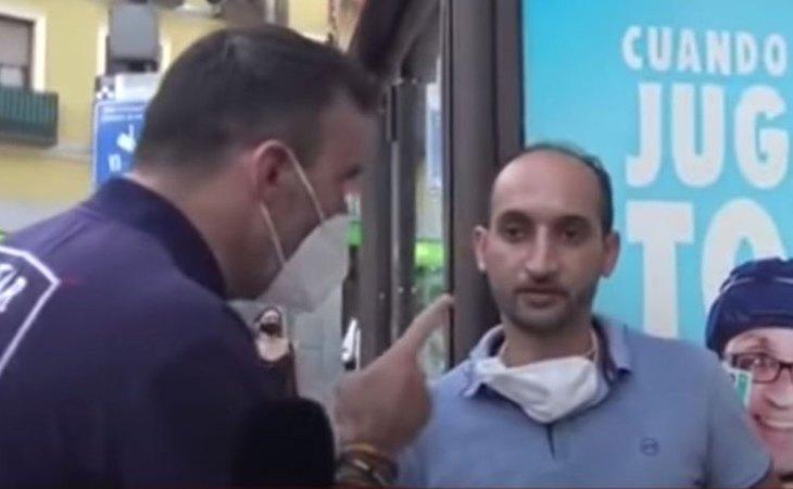 Momento en el que el subinspector Alfredo Perdiguero amenaza con detener a un ciudadano