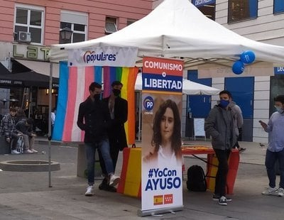 Cuelgan banderas LGTBI de un puesto de campaña de Ayuso y las redes recuerdan las veces que el PP ha despreciado al colectivo