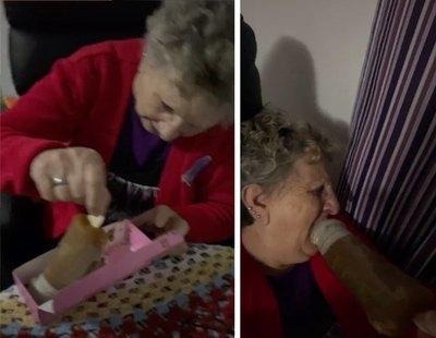 Le regala un 'pollofre' (gofre con forma de pene) a su abuela y su reacción se hace viral