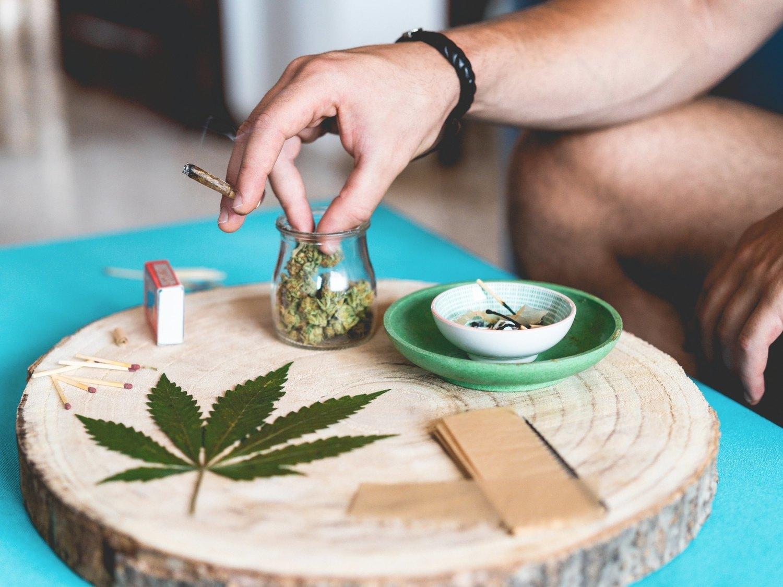 La mitad de los españoles está a favor de legalizar la marihuana, según el CIS