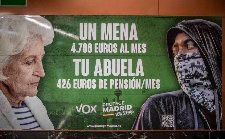 Cartel de VOX en la Puerta del Sol en contra de los menores extranjeros no acompañados