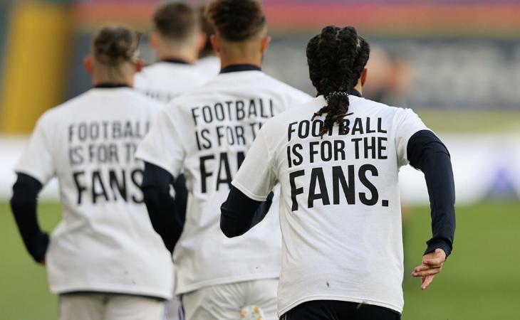 Jugadores del Leeds United vistiendo camisetas contra la Superliga