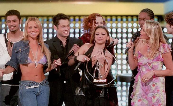 Chenoa recibe el trofeo del Eurobest de manos de Mariah Carey
