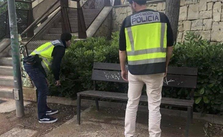 Agentes inspeccionan el lugar de la agresión