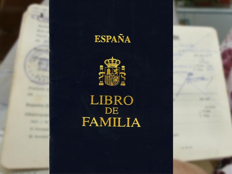 España dice adiós al Libro de Familia después de cien años: ¿y ahora qué?