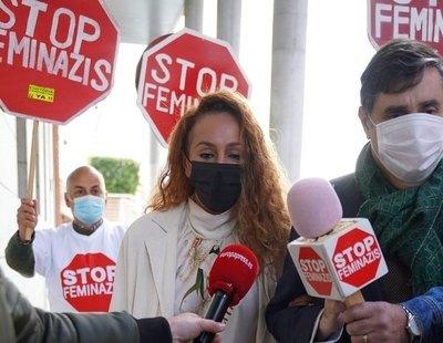 """¿Qué se esconde detrás del grupo machista que ha acosado a Rocío Carrasco con pancartas de """"Stop Feminazis""""?"""