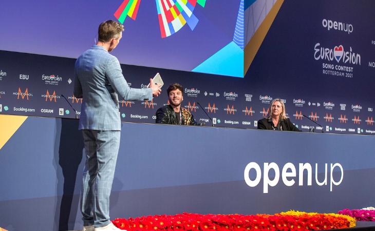 Koos van Plateringen ha sido la mano que ha elegido la mitad de la que Blas Cantó, en imagen junto a Ana Bordás (RTVE), partirá en la gran final de Eurovisión 2021. Créditos: Raúl Tejedor