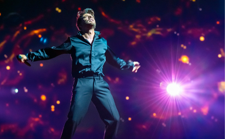 El representante de España interpreta 'Voy a quedarme' sobre el escenario del Rotterdam Ahoy. Créditos: Raúl Tejedor (RTVE)