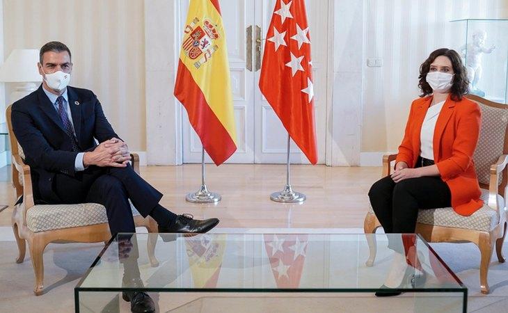 Pedro Sánchez e Isabel Díaz Ayuso, reunidos en la Puerta del Sol para analizar la estrategia de la pandemia en septiembre de 2020