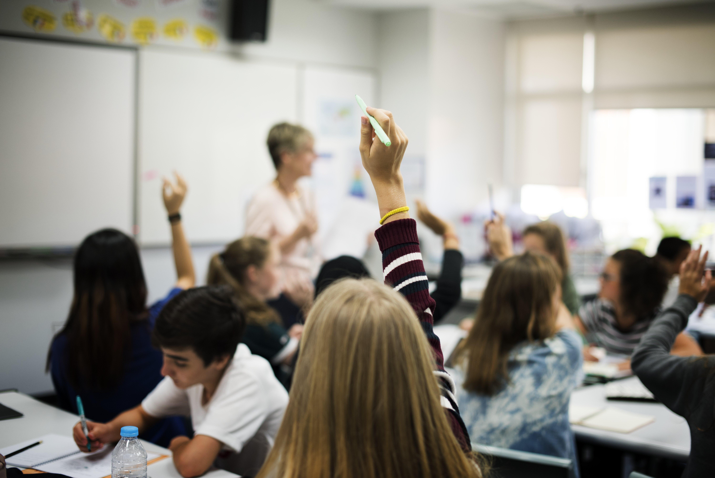 Las escuelas concertadas acogen menor alumnado migrante