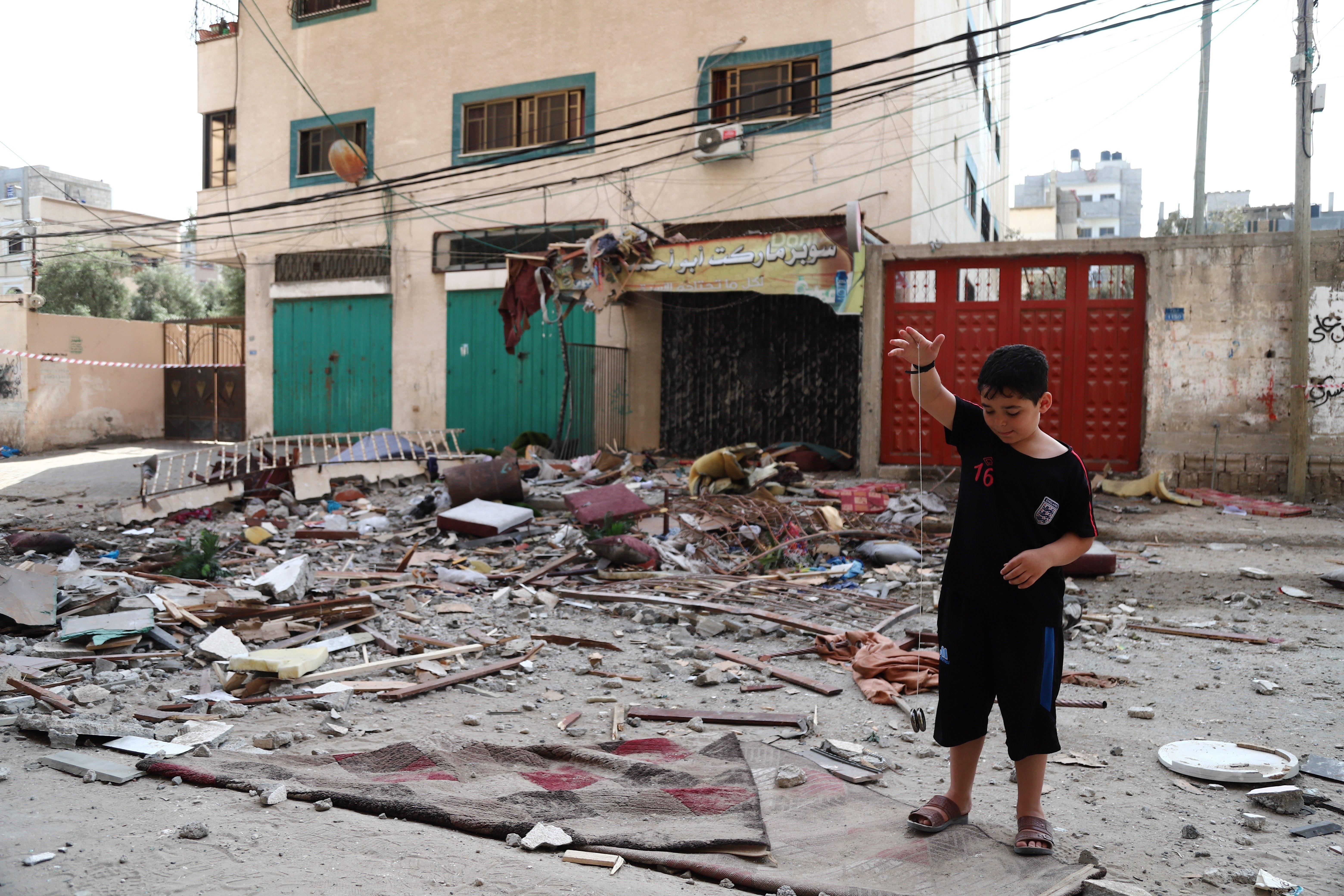 Un niño, tras los bombardeos